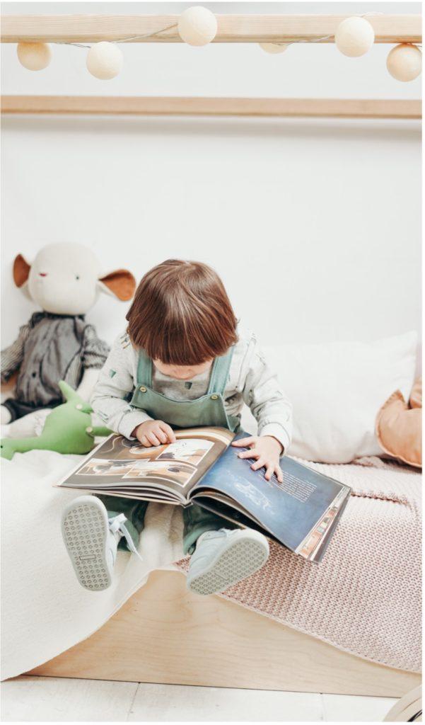 Kind liest, Lesen mit Kindern, Deine Kinderbetreuung